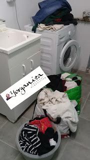 Cestos de roupa suja na área de serviço