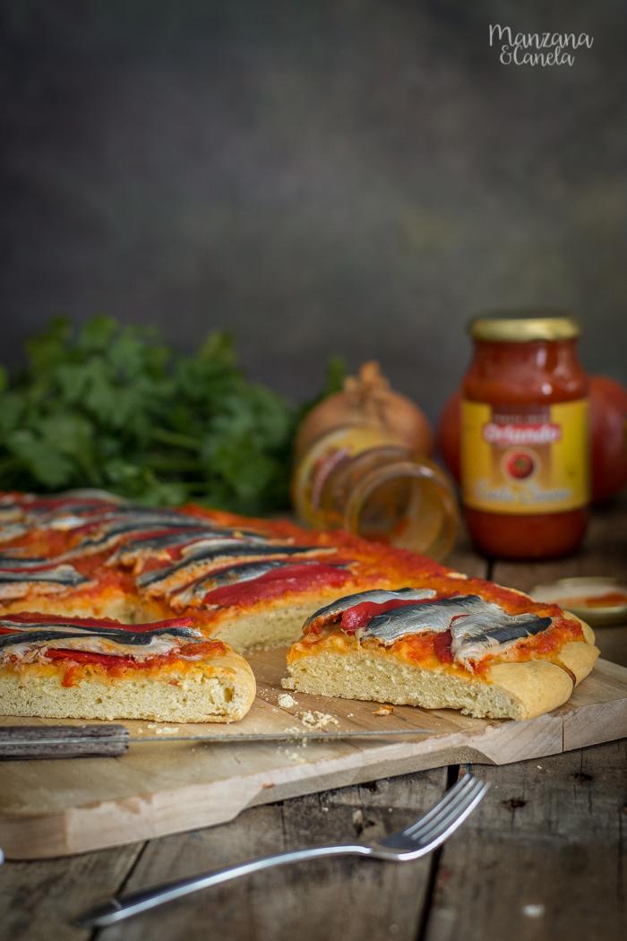 Coca de sardinas con sofrito de tomate y pimientos del Piquillo