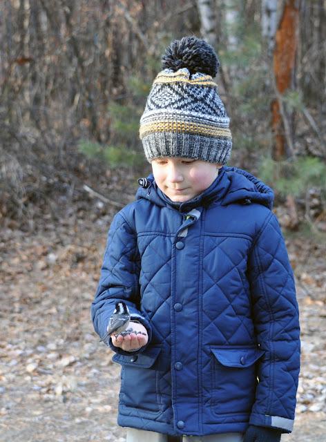 Синичка на руке у ребенка