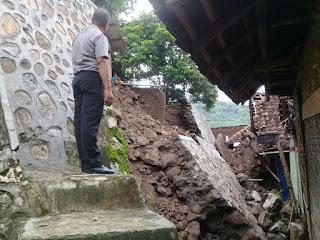 <b>Sejumlah Rumah Warga Ntobo Kota Bima Rusak Akibat Longsor</b>