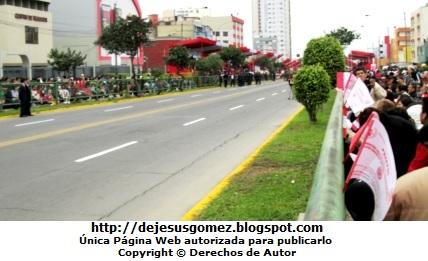 Foto de peruanos esperando el Desfile de la Parada Militar por Jesus Gómez