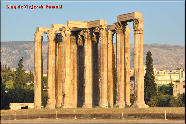El templo de Zeus Olímpico o Olimppeion se empezó en el siglo VI a.c. y se terminó en el II con el emperador Adriano