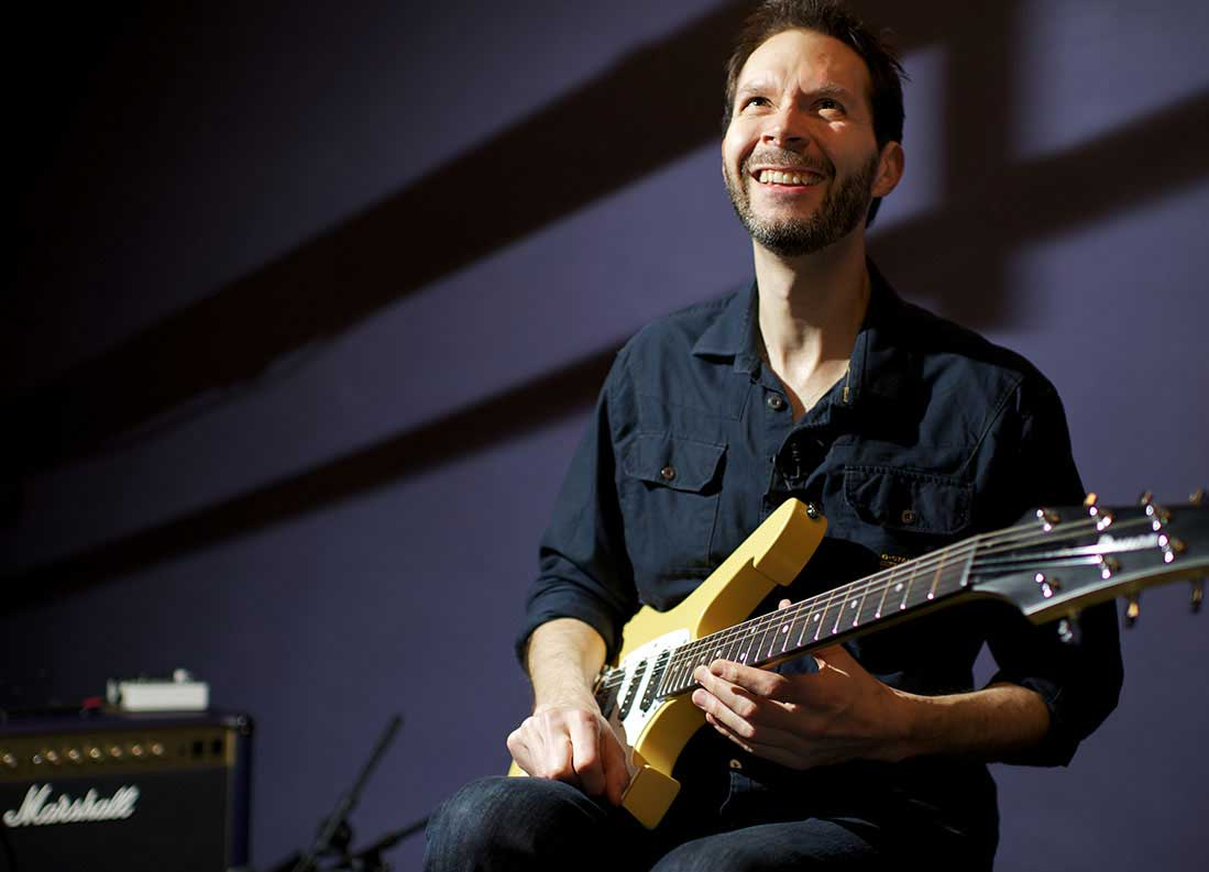 Watch Paul Gilbert teaches the Blues and His Technique Live !