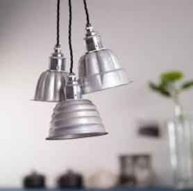 Lampu gantung hias terbuat dari cetakan kue.  Cetakan kue kecil, seperti cetakan jelly mould, muffin atau cetakan cup cake bisa dimanfaatkan jadi lampu gantung hias yang dekoratif. Cocok sebagai lampu hias di taman atau teras rumah.