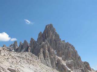 Rückblick zum Paternkofel; der Abstieg erfolgt in der teilweise schneegefüllten Rinne links des Gipfels