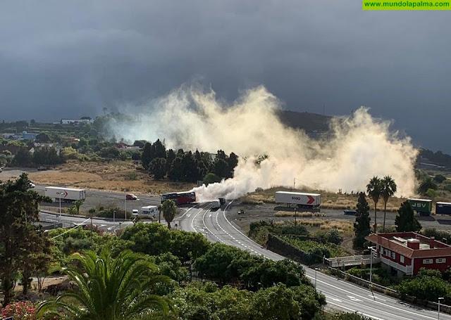 Se incendia el motor de una guagua en el Aeropuerto Viejo