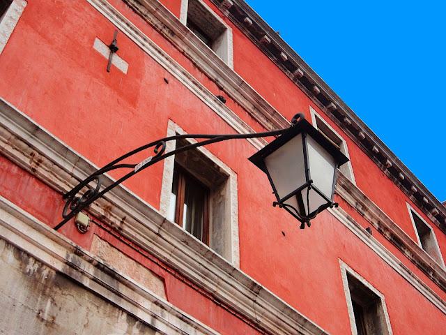 Pouliční lucerna na Rialtu, Benátky