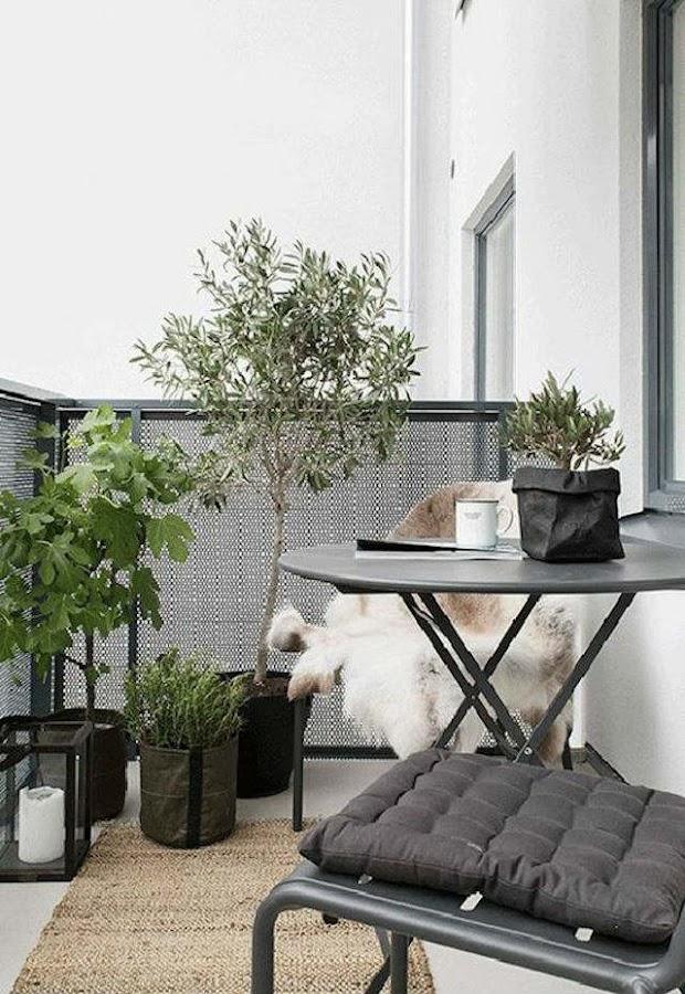 Mesa pequeña en el balcón