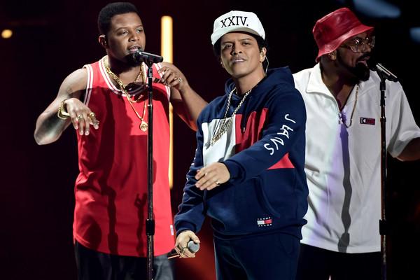 Bruno Mars, Charlie Puth y Enrique Iglesias se presentan en los NRJ Awards 2016