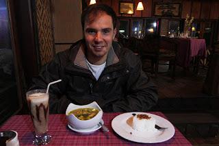 Alberto cenando en el restaurante Lava View Lodge