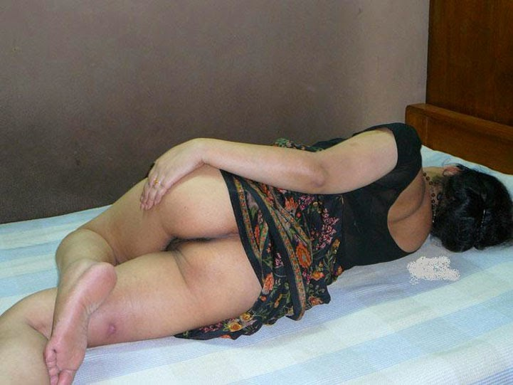 Hot saree ass aunty in