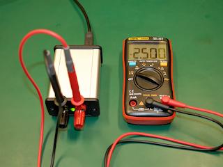 Tensão de saída a ser verificada com um multímetro. O valor da mesma foi definido para 2,5V.