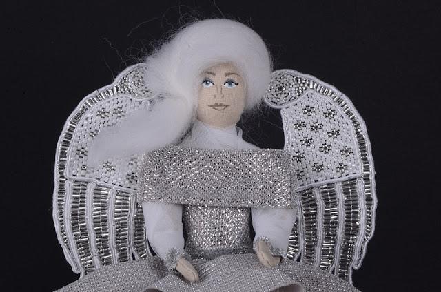 Srebrny Aniołek ze skrzydłami z koralików.