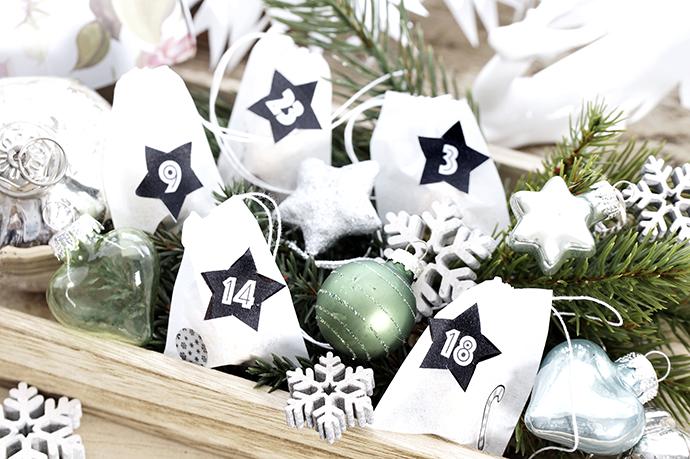 Teebeutelrohlinge als Adventskalenderbeutel, Dekoration mit Tannenzweigen, Miniweihnachtskugeln,