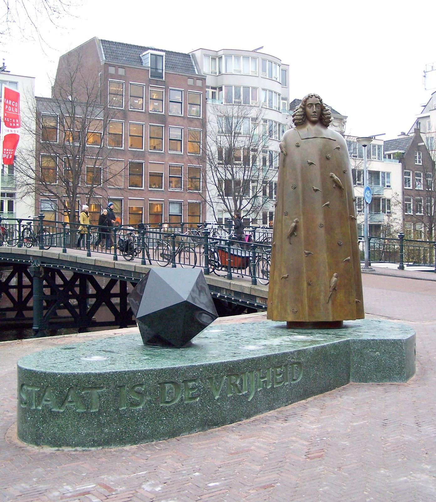 アムステルダムのズワーネンブルグワルのニコラス・ディング作成のバルーフ・デ・スピノザの彫像