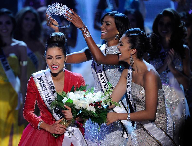 Momento em que Olivia Culpo é coroada Miss Universo 2012 por Leila Lopes, Miss Universo 2011. Foto: David Becker/Getty Images