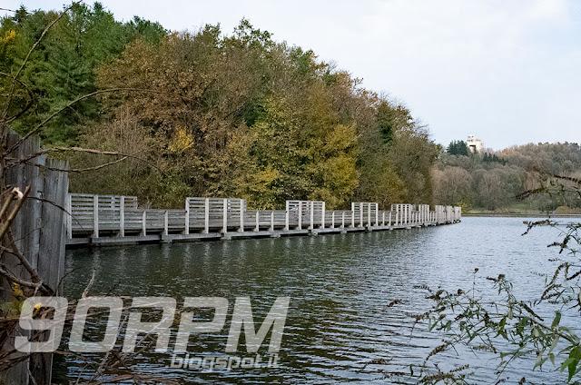 Lago di Comabbio: una bella passerella di legno sospesa sull'acqua permette un maggiore contatto con la natura circostante.