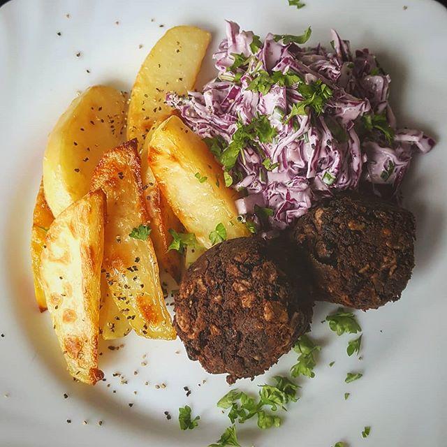 Svarta bönbollar med lila coleslaw och klyftpotatis