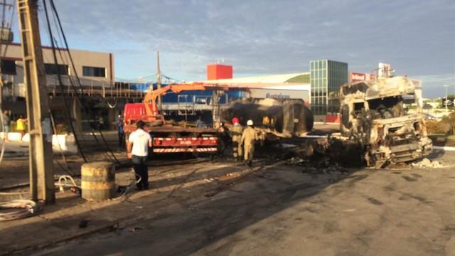 Caminhão carregado de combustível explode próximo a posto em São Luís
