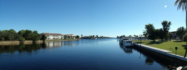Faka Union Canal que divide Port of the Islands en dos. La marina está al fondo a la derecha.