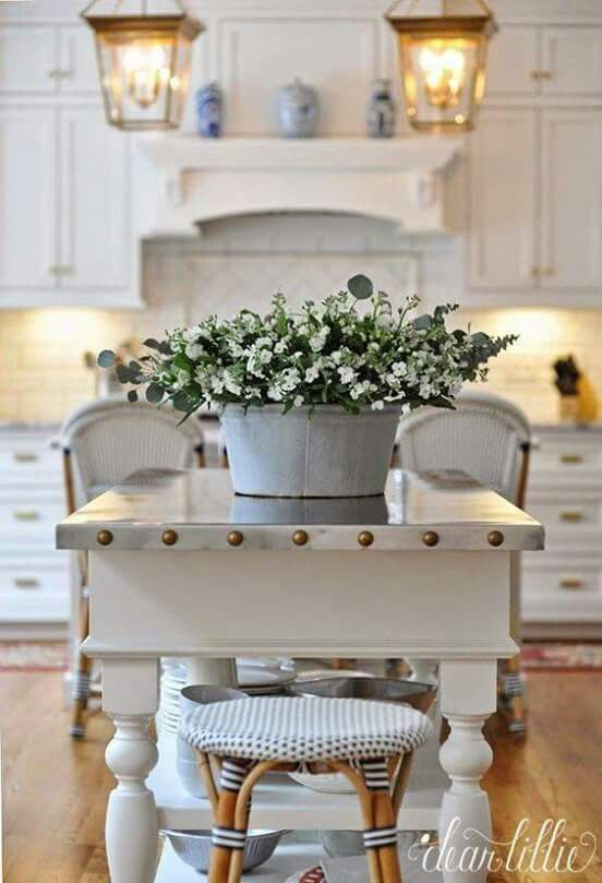 Blue accents in a white kitchen always work, and these beautiful country kitchens provide a wealth of inspiration for your own kitchen. #countrykitchen #buleandwhite