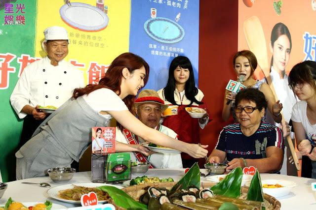 楊丞琳熱情地坐下來陪伴長輩們一起在圓桌用餐聊天