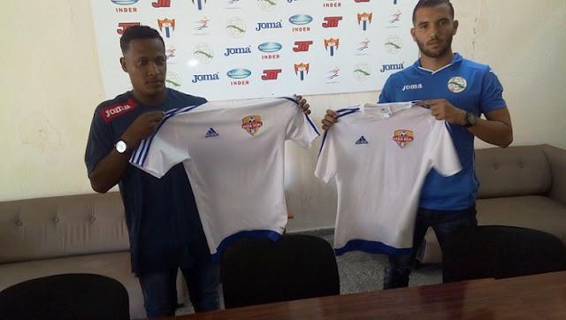 Los futbolistas cubanos Alberto Gómez y Roberto Peraza firmaron este sábado contrato con la Liga Dominicana de futbol