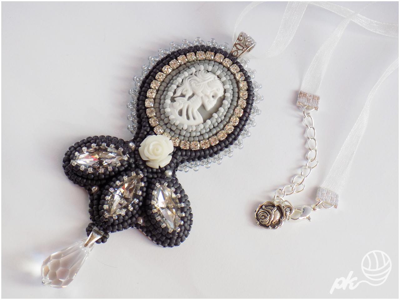 Gotycko-romantyczny wisior wykonany techniką haftu koralikowego.