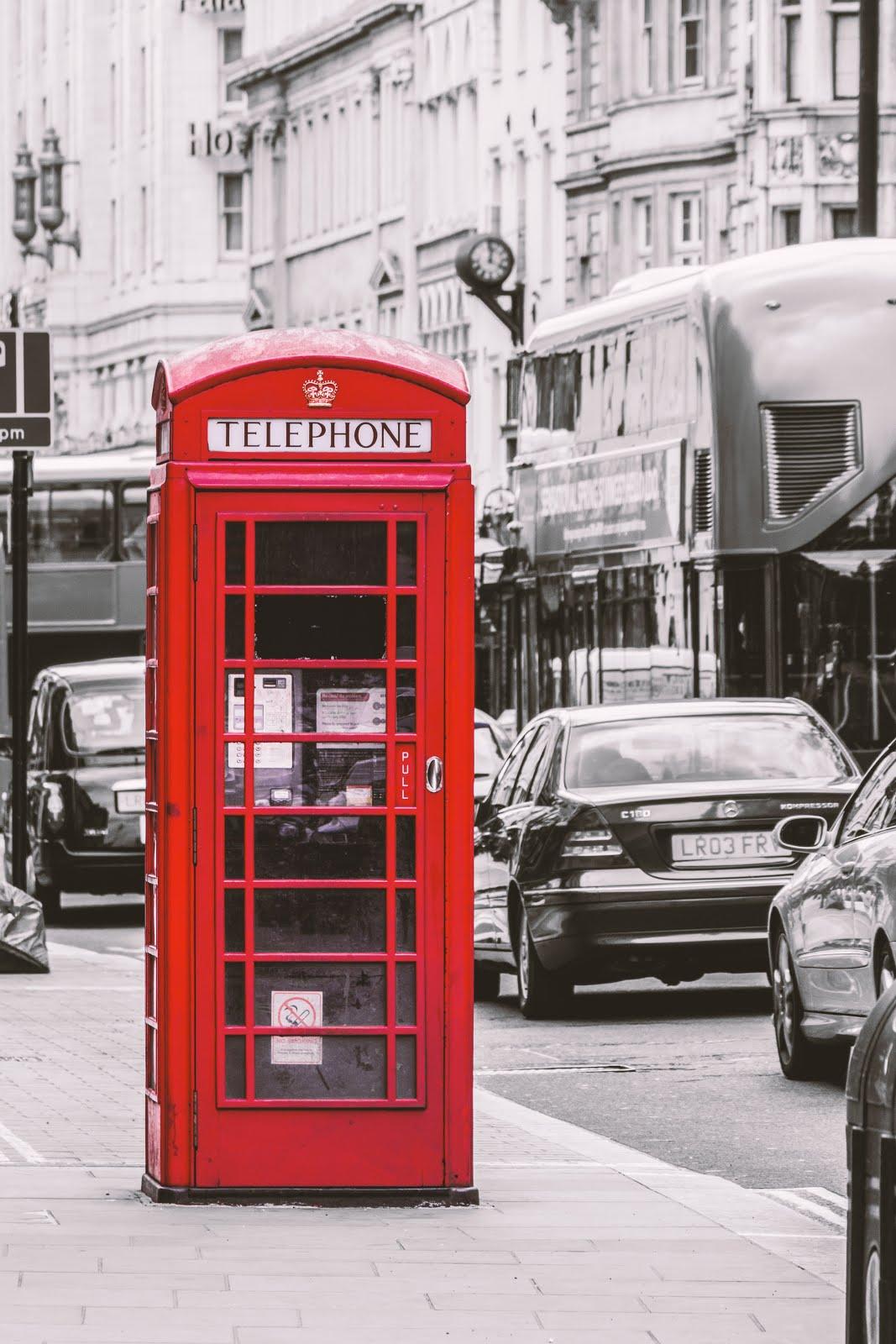 Siyah-Beyaz Sokak Efektli Telefon Kulübesi