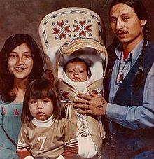 Tina Manning e John Trudell, e seus filhos