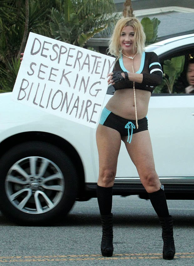 Russian Skimpily dressed singer lure wealthy men on busy highway (Photos)