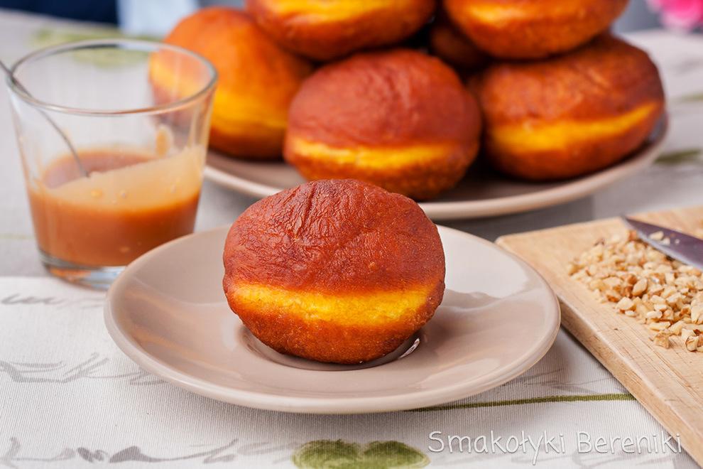 Pączki z sosem karmelowym i orzechami