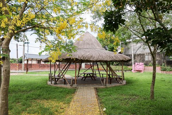 台南白河詔安厝斗笠公園裡面一頂大斗笠的涼亭好特別,近大山宮
