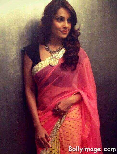 bipasha basu looks hot in saree pic