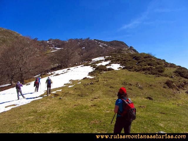 Ruta Requexón Valdunes, la Senda: En la collada Gallegos, giramos a la derecha en busca de la arista que nos llevará, casi directos, a la cima del Requexón