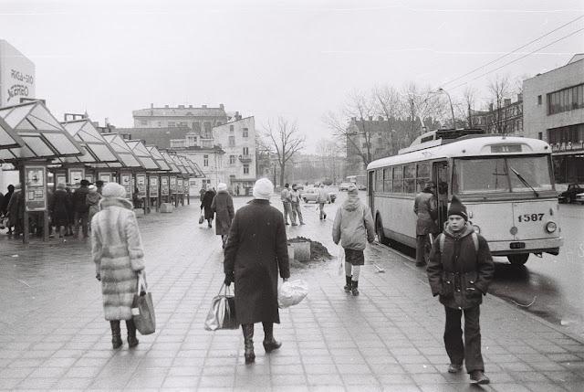 Январь 1988 года. На остановке общественного транспорта возле стоянки маршруток напротив 50-й почты