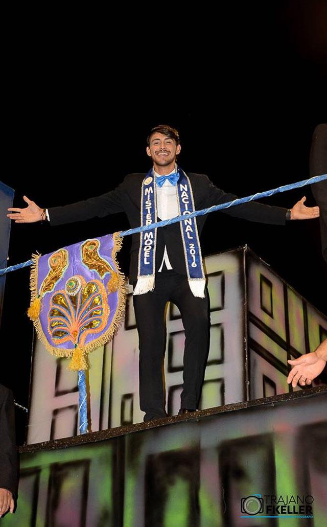 Robson Menezes, o Mister Model Nacional 2016, desfila na Unidos de Santa Bárbara. Foto: Trajano Fkeller