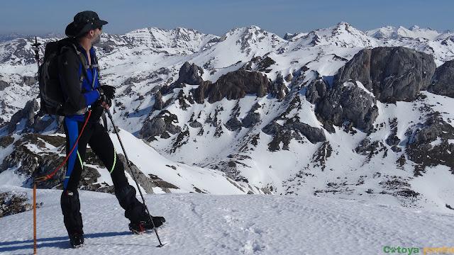 Disfrutando de las vistas en la cima de Pîcos Blancos
