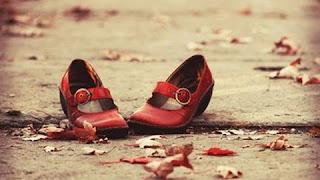 scarpe rosse sulla strada