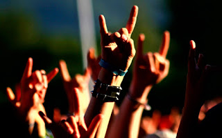 artis cewek suka musik metal