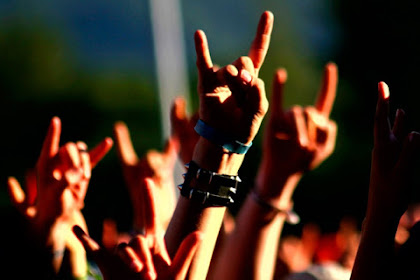 3 Artis Cewek Imut ini juga Menyukai Musik Metal