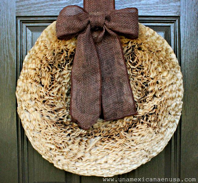 Corona para la puerta hecha con filtros para café by www.unamexicanaenusa.com