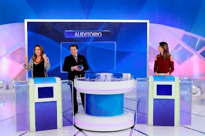 """Patricia Abravanel, Silvio Santos e Rebeca Abravanel no """"Jogo das 3 Pistas"""" - Crédito: Lourival Ribeiro/SBT"""