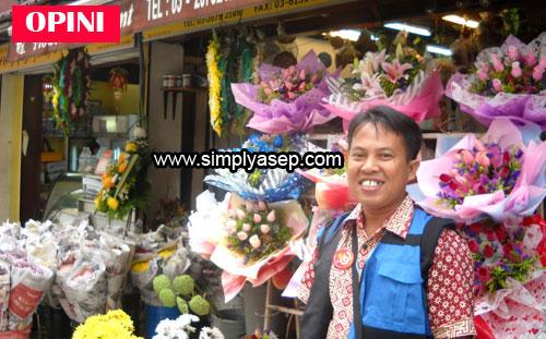 BUNGA : Saya memamg termasuk pecinta bunga. I love flowers.  Foto ini diambil saat kunjungan di Kuala Lumpur November 2009 yang lalu. Tidak ada kaitannya dengan Valentine Day.  Kebetulan aja fotonya di depan toko penjual bunga. Foto Istimewa