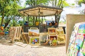Feira com vários quadros na cidade de Embu das Artes