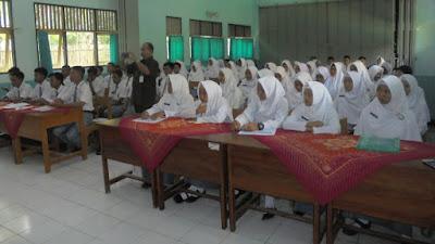 Kunjungi SMA N 10 Purworejo, Kesbangpol Kabupaten Purworejo Sosialisasi Pemilihan Umum Bagi Calon Pemilih Pemula Dalam Mensukseskan Pilkada Tahun 2018 dan Piilpres 2019