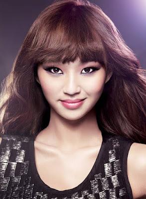 biografi dan biodata hyorin sistar  Biodata   Nama Lengkap: Kim Hyo Jung  Nama Panggung: Hyo Rin/ Hyo Lyn  Tanggal Lahir: 11 Januari 1991  Profesi: Dancer, Penyanyi  Biografi   Dikenal sebagai Hvorin, dia merupakan seorang penyanyi dan aktris asal Korea Selatan. Ia juga dikenal sebagai leader dan juga vokal utama dari girlband SISTAR dan sub-unitnya, SISTAR19. Gadis kelahiran 11 Januari 1991 ini pernah menjadi seorang tamu di Strong Heart yang dimana ia mengungkapkan bahwa ia lahir prematur dan beratnya di 4,2 KG. Pada saat itu Hyorin lahir dengan prematur dimana Empedu tidak dapat dilalui usus yang akhirnya merusak hatinya dan menyebabkan empedu atresia, Hyorin bahkan nyaris tak ada andai operasi yang dilakukan bertahan dan setahun kemudian ia divonis mengidap intussusception yakni suatu kondisi medis dimana bagian lipatan usus atas ke bagian lain dari usus dan menerima operasi untuk enterectomy.   Akan tetapi seiring pertumbuhannya Hyorin berubah menjadi gadis yang cantik dan enerjik, pada usianya yang masih muda ia mengikuti audisi untuk JYPE dua kali dan akhirnya diterima dan mencoba kedua menempatkan 1 tempat di audisi kemudian dia awalnya akan dikelompokan oleh Song Ji Eun Secret dan Yuji EXID akan tetapi tak urung terjadi hingga