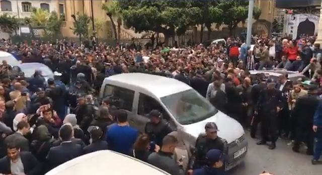 بالفيديو ... حشود غفيرة من المواطنين تنتظر اويحيى امام محكمة سيدي امحمد