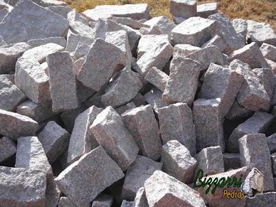 Pedra paralelepípedo para construção de escada de pedra.