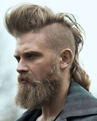 peinado mohicano para hombres con cabello largo informal